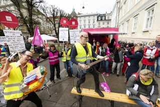 Onsdag den 25. april blev der opført et pakasseshow foran Forligsinstitutionen. (Foto: Jens Astrup/Ritzau Scanpix)