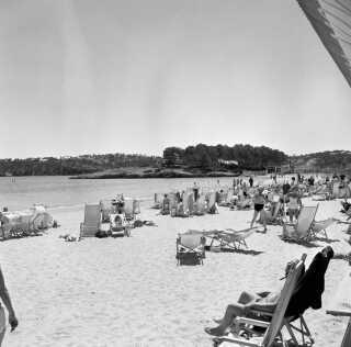Danske turister nyder solen og stranden på Mallorca i 1960.