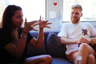 - Jeg har altid ledt efter sådan en 'badass' kvindelig rapper at lave noget sammen med. Og så mødte jeg Sharon, siger Aske Knudsen.