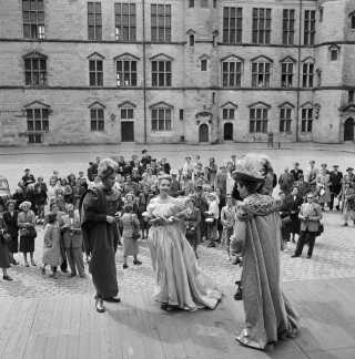 I 1949 spillede den amerikanske skuespillerinde Ruth Ford (midterst) Ofelia ved 'Hamlet' forestillingen på Kronborg Slot.