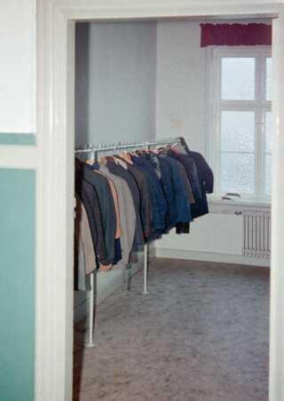 Drengene på Godhavn ejede intet personligt. Her ses deres jakker i 1968, som blev givet videre fra dreng til dreng, til det var slidt op.