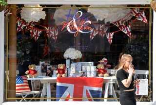 I Windsor, hvor brylluppet skal holdes, er der pyntet op på gader og stræder med flag og billeder af parret, og butikkerne bugner af bryllups-souvenirs.