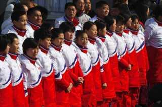 Nordkoreanske atleter bliver budt velkommen til den olympiske by i Pyeongchang, Sydkorea.