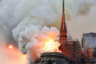 Notre Dames ikoniske spir faldt med flammerne i aftes.