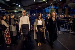 Kronprinsessen blev fulgt på plads af DR's generaldirektør Maria Rørbye Rønn og til højre DR Pigekorets kunstneriske leder Anne Karine Prip.