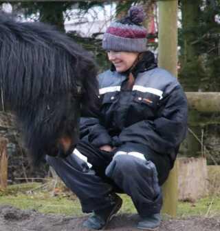Tau Rebecca Mikkelsen har lige nu 11 heste på Erlandsgård ved Rønne, som hun passer i sin fritid.
