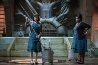 Sally Hawkins (t.v.) og Octavia Spencer i rollerne som den stumme Eliza og den evigt plaprende Zelda