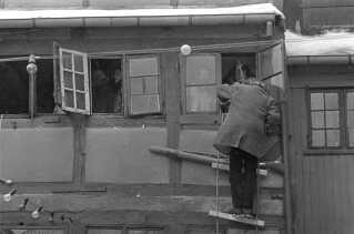 Beboerne forsøgte at besværliggøre rydningen af Sofiegården ved at fjerne trappeopgange og selv kravle op på 1. sal via rebstiger.