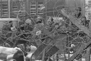 Sofiegårdens beboere barrikaderer sig bag pigtråd inden rydningen.