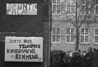 """Beboerne i Sofiegården døbte nogle af de faldefærdige huse """"Sauntes Palæ"""" efter boligborgmester, Edel Saunte. Hun blev de unges billede på den unødvendige magtanvendelse, som de unge følte, det var, da Københavns Kommune besluttede at rydde Sofiegården."""