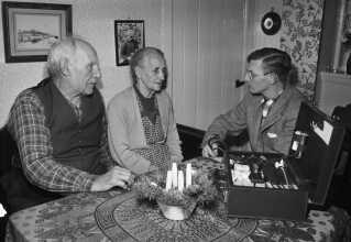 Her ses i 1957 en 39-årig Tage Voss på lægebesøg hos det dengang ældste ægtepar på Christiansø.