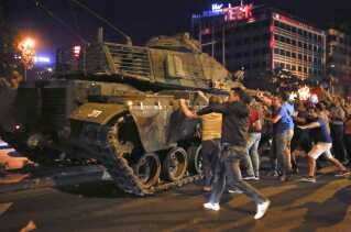 Civile borger i Ankara protesterer mod kupmagerne tilbage i juli 2016.