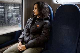 Turen i bussen fra Københavns Åbne Gymnasium til Glostrup tog 20 minutter. Da Elizabeth nåede Glostrup, skiftede hun til bus 9A,som kørte tilbage mod Københavns Hovedbanegård. Her skiftede hun igen til en bus, der kørte mod Glostrup, hvor hun endelig stod af og gik hjem. Busturene hjem fra skolen blev forlænget med to timer, så Elizabeths mor ikke ville stille spørgsmål.