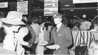 Indtjekning i lufthavnen. Danskere tager på charterrejse til Mallorca i 1978.