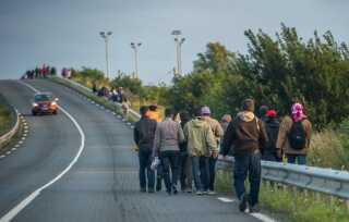 Migranter går langs motorvejen mod Eurotunnelen - og England.