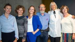 Her ses juryen sammen med den glade prisvinder i midten. Fra venstre: Anna Nilsson (København), Anne Christensen (Sengeløse), Maren Uthaug, Johan Gaunitz (Frederikssund), Birthe Simonsen (Kollund) og Kirsten Vagtholm (Billund)