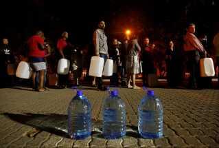 Sydafrika: Tørke. Skader: 8 milliarder kroner. I begyndelsen af året var Cape Town meget tæt på at blive den første storby i verden, som løb tør for vand efter langvarig tørke. Ved hjælp af ekstreme restriktioner på vand undgik byen dog den pinlige titel. På billedet står borgere i kø for at hente vand fra en kilde i forstaden Newlands.