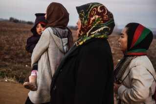 Kvinder, der er på flugt alene eller kun ledsaget af deres børn, følte sig særligt udsatte i transitområder og flygtningelejre i Ungarn, Kroatien og Grækenland.