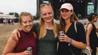 27 årige Carina Lindholdt fra Aalborg, 25-årige Christine Leonhardt fra Aarhus og 29-årige Malene Dyhrman Flou fra Mou ved Aalborg oplevede et af de helt store højdepunkter under dette års Northside Festival. Foto: Frederik Højfeldt