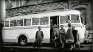 I 1955 flytter de store børn fra Børnehjemmet Aaløkkegaard i Odense til Det Struckske Børnehjem i Tønder. Frede Farmand Rasmussen står foran bussen.