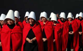 Den røde kappe og hvide kyse, som er tjenerindernes uniform i 'The Handmaid's Tale' er efter tv-seriens bragende succes blevet brugt over hele verden i demonstrationer for kvinders rettigheder. Her ved en demonstration i Buenos Aires.
