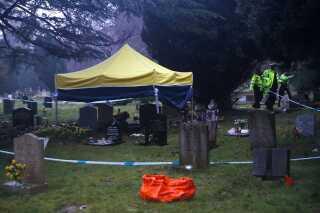 Der bliver lavet undersøgelser af Skripals kones og søns grave på London Road Cemetery i Salisbury.
