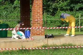 En sundhedsarbejder desinficeres med klor efter et besøg på Bikoro Hospitals isolationsafdeling.