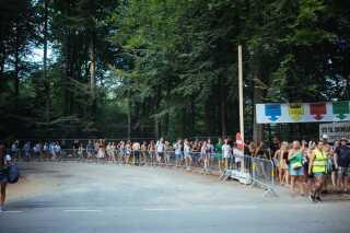 De manglende shuttlebusser udløste massevandring på vejen fra campingområderne og ind til festivalpladsen.