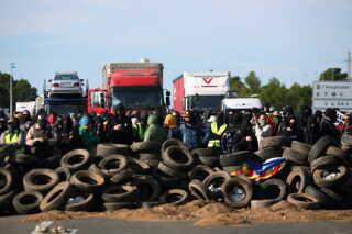 Demonstranter har effektivt stoppet trafikken på motorvej AP-7. Det sker for at markere et-året for afstemningen om et uafhængigt Catalonien. Foto: EPA/Jaume Sellart