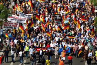 """Tilhængere af det indvandringskritiske AfD protesterer jævnligt for at sætte fokus på det, de kalder """"meningsdiktatur"""". Ifølge dem bliver der ikke givet plads til partiets højreorienterede holdninger i Tyskland."""