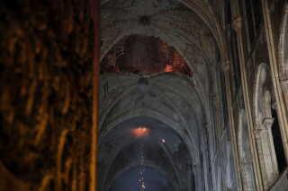 Loftet i Notre Dame dagen efter branden. Præsident Emmanuel Macron har lovet, at det historiske byggeri vil blive genopbygget.