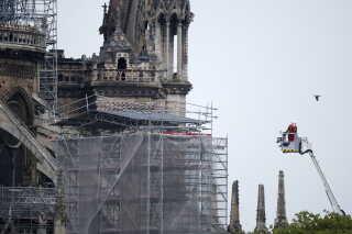 Dagen efter branden er redningsarbejdet fortsat i gang ved Notre Dame. Præsident Emmanuel Macron har lovet, at katedralen bliver genopbygget.