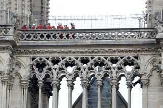 Brandmænd er stadig igang på Notre Dame efter mandagens brand.
