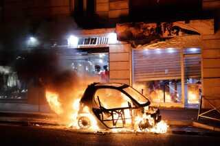Hvor store materielle skader, der blev forårsaget i løbet af lørdagen, er uvist. Flere biler blev dog sat i brand.
