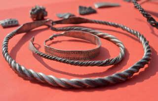 En bar mark i Nordtyskland forvandlede sig i weekenden til et skatkammer. Flere hundrede mønter og smykker fra Harald Blåtands tid er blevet gravet op.
