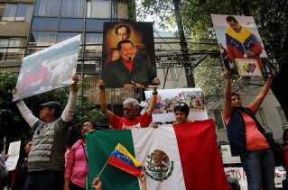 Maduro-støtter med billeder af tidligere præsident Hugo Chavez.