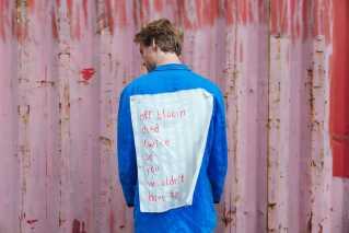 Alexander Flockhart havde dette budskab flagrende bag på jakken under koncerten.