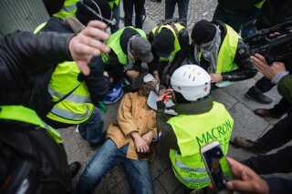 133 kom til skade under lørdagens uroligheder i Paris. Af dem var 17 betjente, skriver franske medier.   Fire mennesker er indtil videre døde som direkte følge af de ugelange protester i Frankrig.