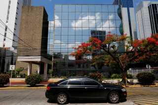 Den omfattende lækage fra det panamanske advokatkontor Mossack Fonseca gav voldsomme politiske bølgeskvulp verden over. En række politikere måtte træde tilbage efter at have optrådt i materialet, der inviterer ind i maskinrummet bag oprettelsen af selskaber i skattelylande.