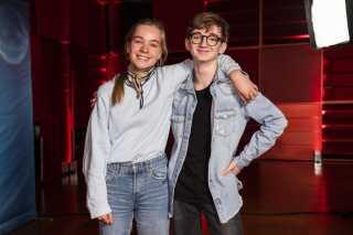 Vennerne Safina Coster-Waldau og Kian Lawson-Khalili har moret sig med filmholdet under indspilningerne af årets julekalender, og de drømmer begge om mere skuespil.