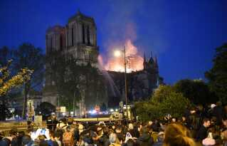 Masser af mennesker i Paris var tilskuere til branden i Notre Dame. Brandfolkene fik branden under kontrol i løbet af natten.