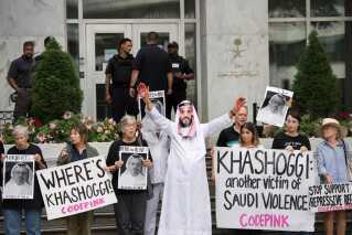 Demonstranter har opstillet et papudgave af den saudiske kronprins, Mohammad bin Salman, med blod på hænderne ved en demonstration foran den saudiske ambassade i Washington DC, USA.