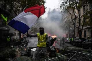Bevægelsen De Gule Veste i Frankrig har stået bag demonstrationer i hele landet det sidste stykke tid.  Politiet har været på overarbejde for at forsøge at holde styr på situationen.