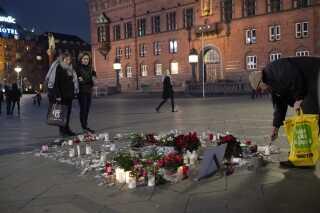 Blomster og lys blev lagt midt på Rådhuspladsen til minde om de to kvinder.