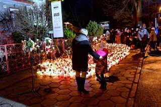 Blomster og lys mindes de fem døde piger foran det hus, hvor branden brød ud.