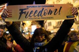 """""""Frihed til politiske fanger"""", står der på banneret under en demonstration forud for retssagen i højesteret."""