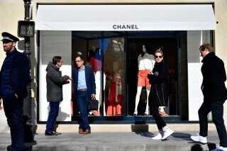 Chanels butik i Paris i dag, hvor nyheden om Karl Lagerfelds død ramte modeverdenen.