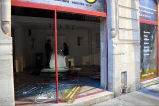 Forretninger over hele landet er blevet vandaliseret og udsat for hærværk som følge af demonstrationerne.