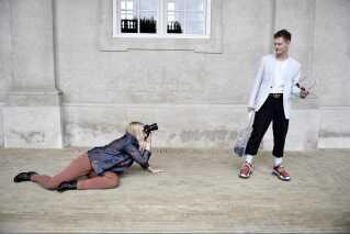 Astrid er vant til, at hun af og til må lægge sig ned på jorden for at få billedet i den helt rigtige vinkel.