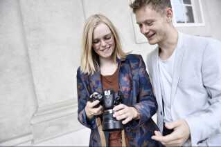 Siden Instagram kom ind i Astrid og Jons liv, har de ikke tid til at se romantiske film sammen. Til gengæld får de masser af par-tid gennem deres fælles passion for Instagram.